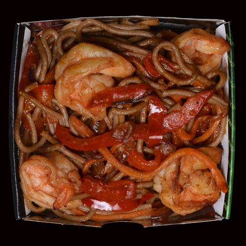 Лапша соба с креветками в томатном соусе WOK
